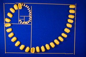 Pasta lagt i spiralform inuti den gyllene rektangeln som skapats med spagettistrån