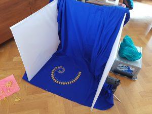 Pastaspiralen i ljustälten med blått tyg