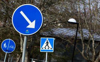 Bild på tre vägskyltar