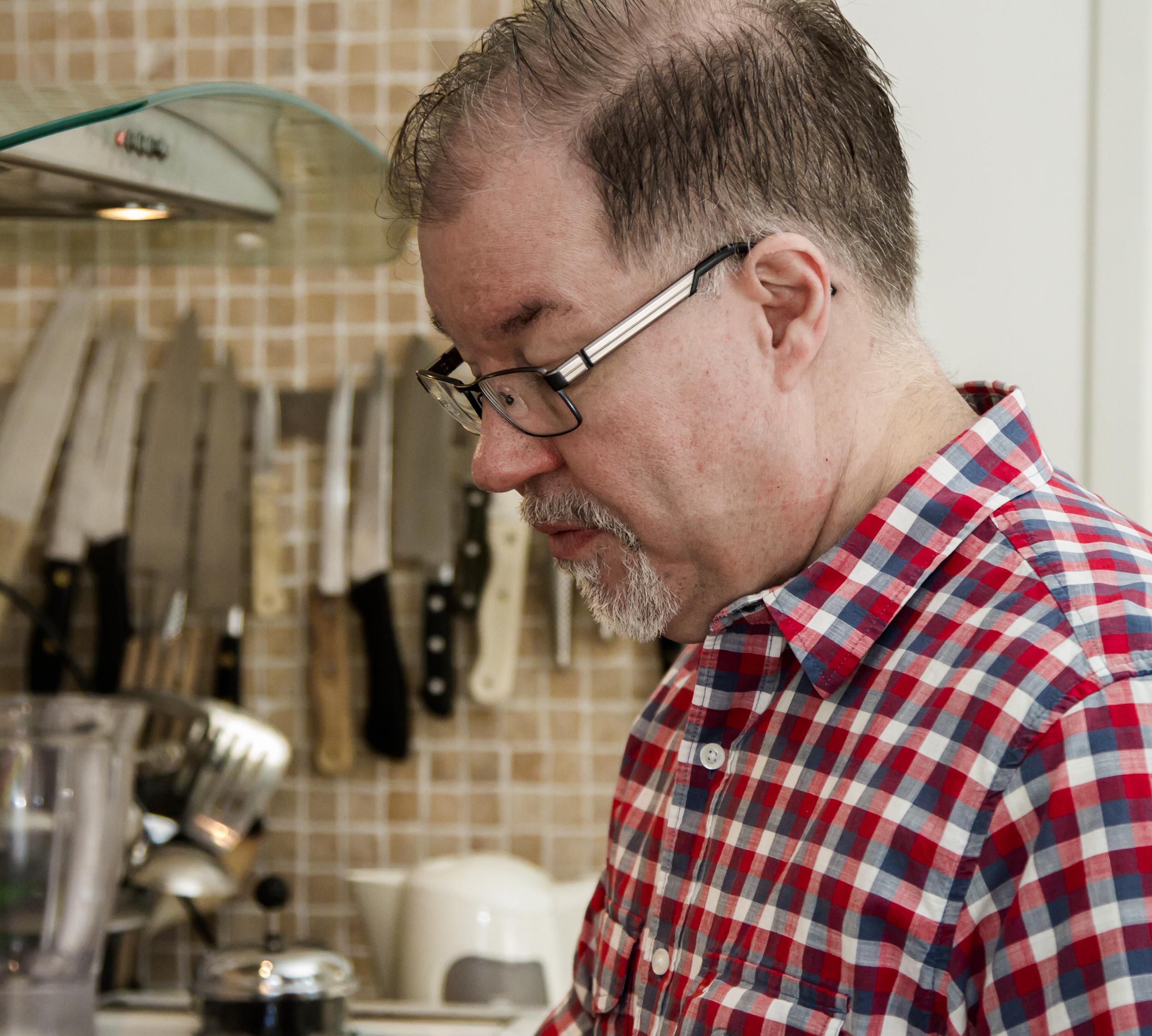 Johan steker ägg och bacon i köksmiljö