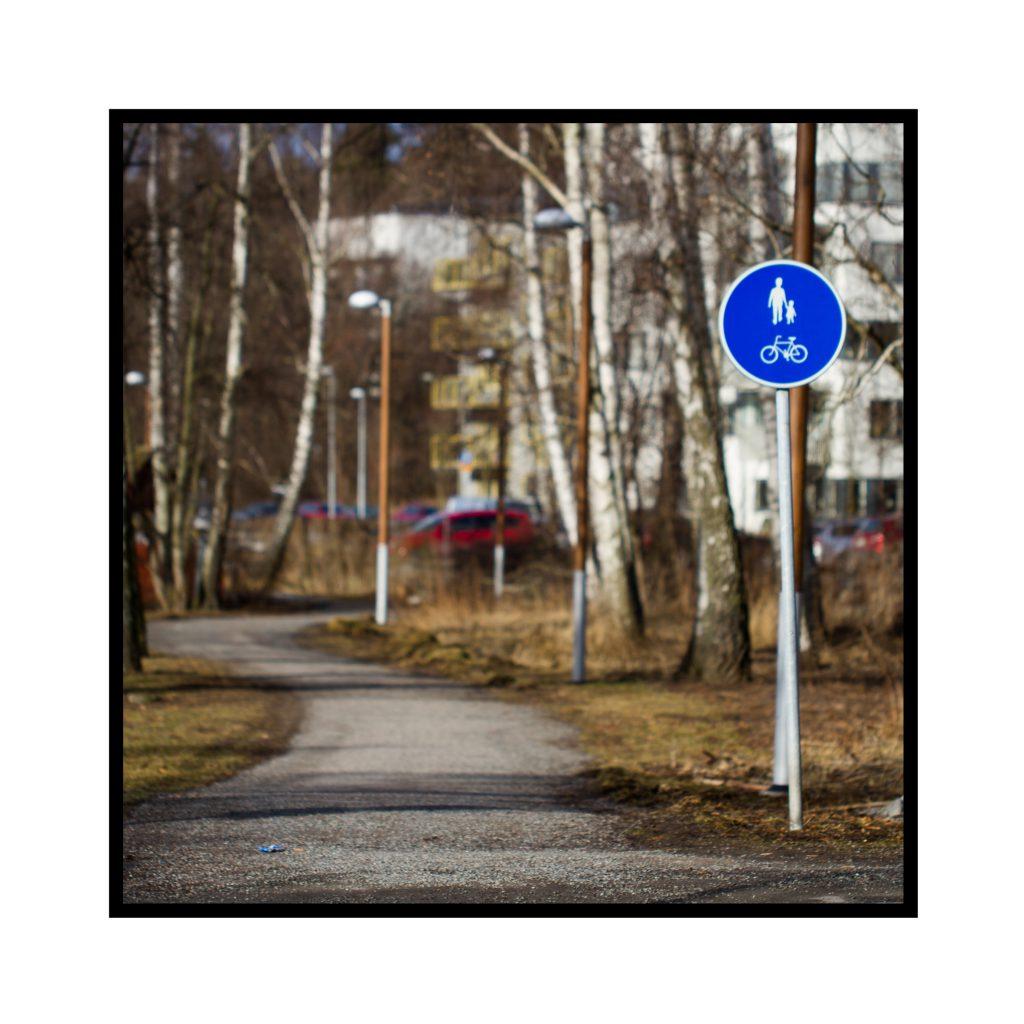 Gång med Gång- och cykelväg-skylt