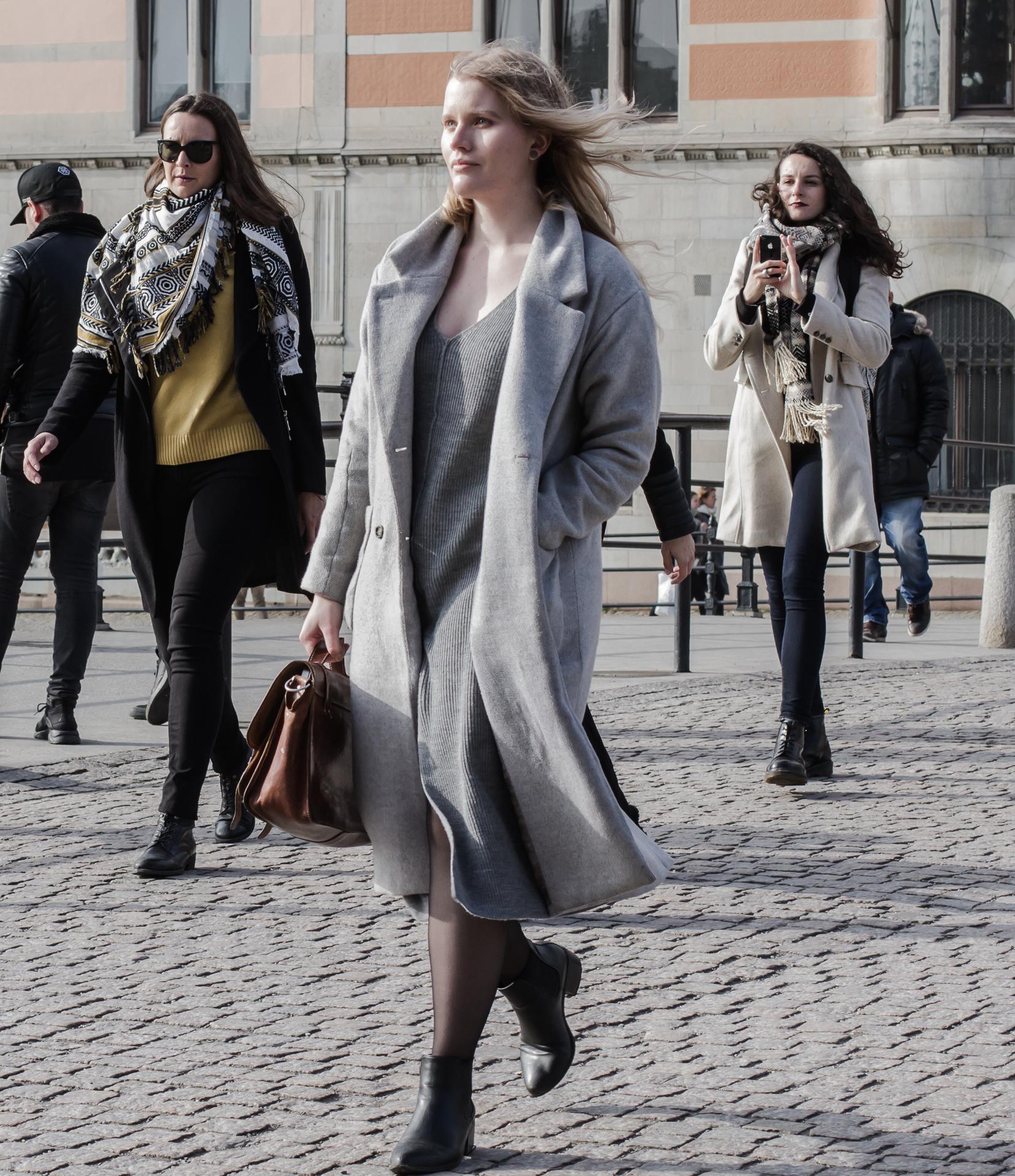 Tre kvinnor promenerar på Drottninggatan. Ingen känner varandra.