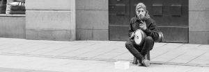 Gatumusikant spelar trumma utanför Åhléns på Drottninggatan