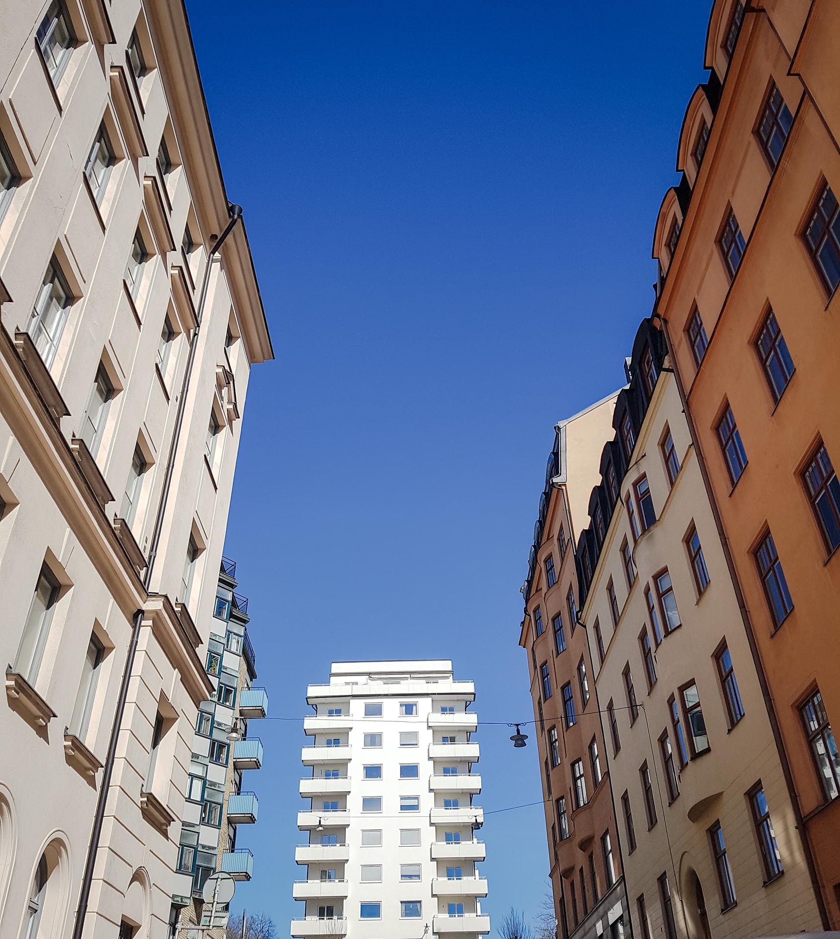 Bild på tre hus med många våningar