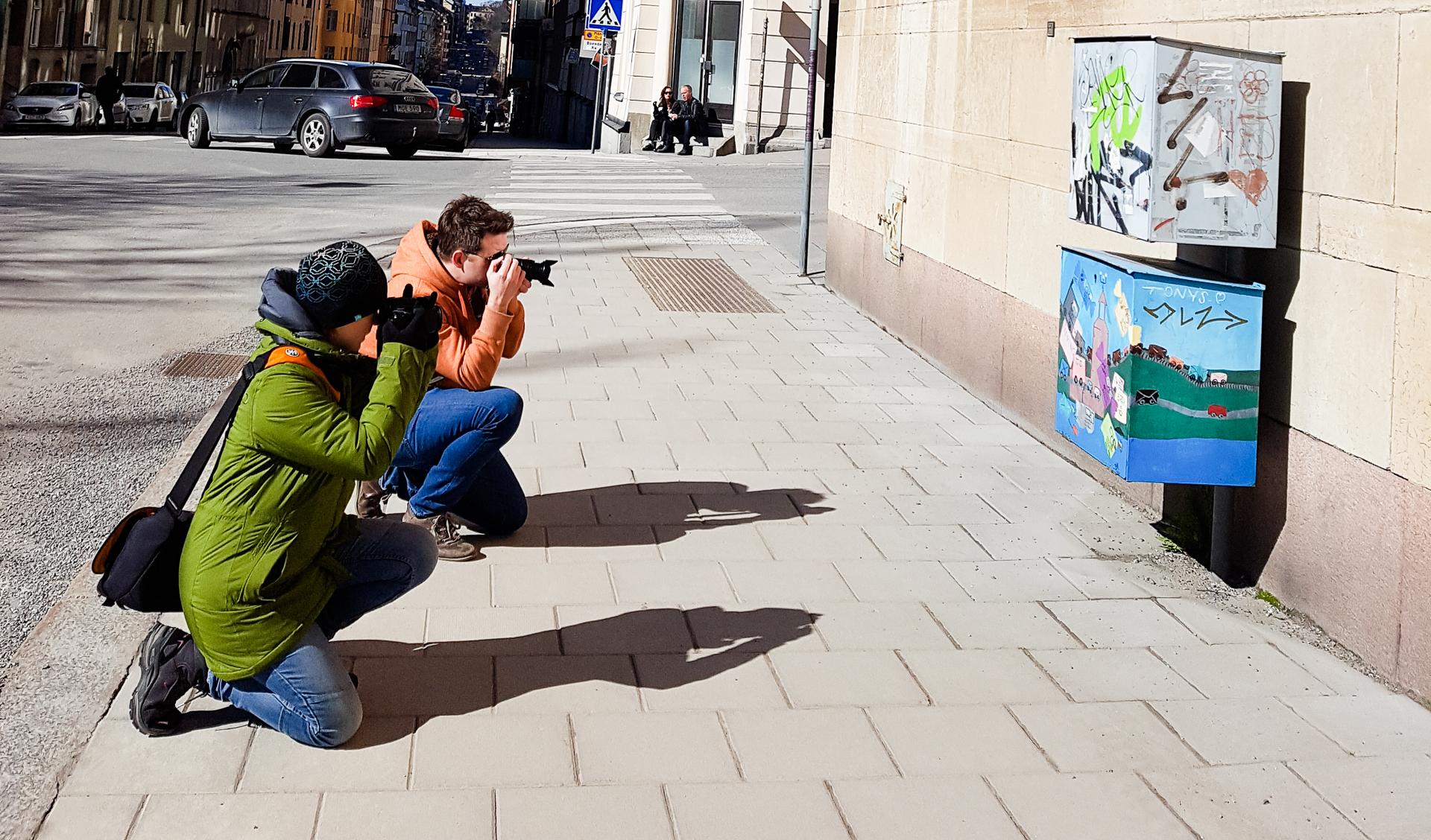 Två kollegor som fotograferar samma motiv som bilden ovanför denna.