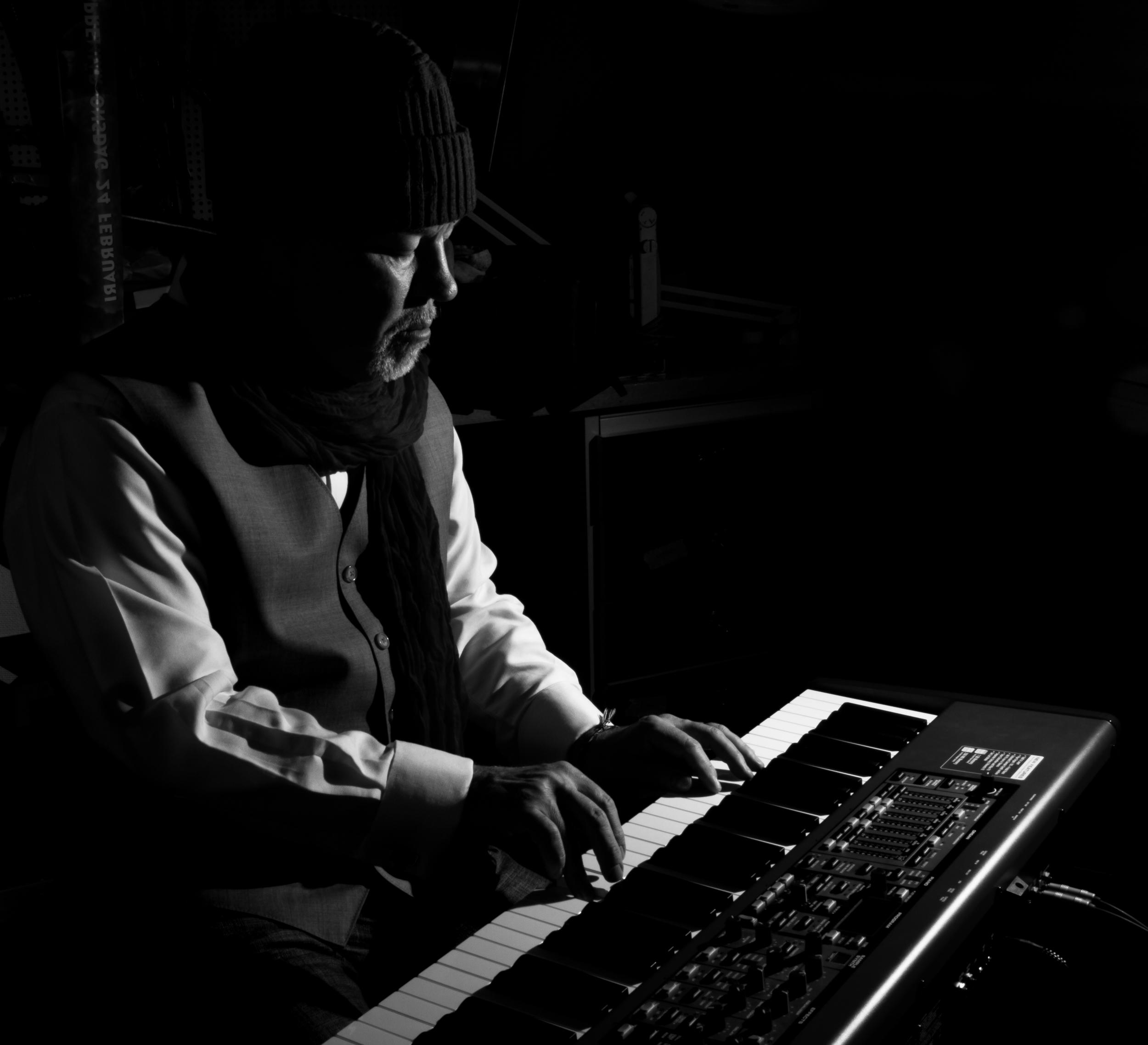 Johan vid pianot, känsla av mörk källare